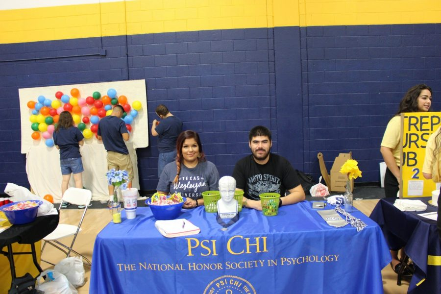Students Jennifer Solis, left,and Abel Velasquez, right, at the Psi Chi booth at the Presidents Picnic on Tuesday