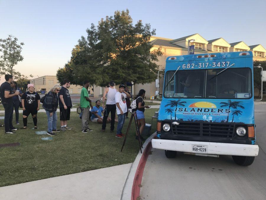 Students+dine+on+free+food+at+The+Islanders+food+truck.%0APhoto+by+Hannah+Lathen