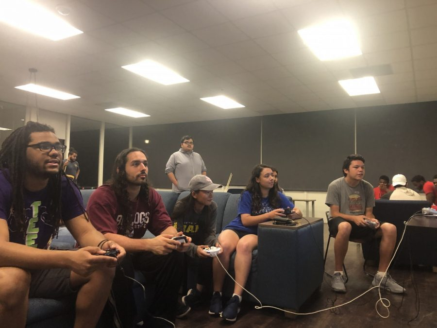Students play video games during Elis Game Night. Photo by Anyssa Pfeifer
