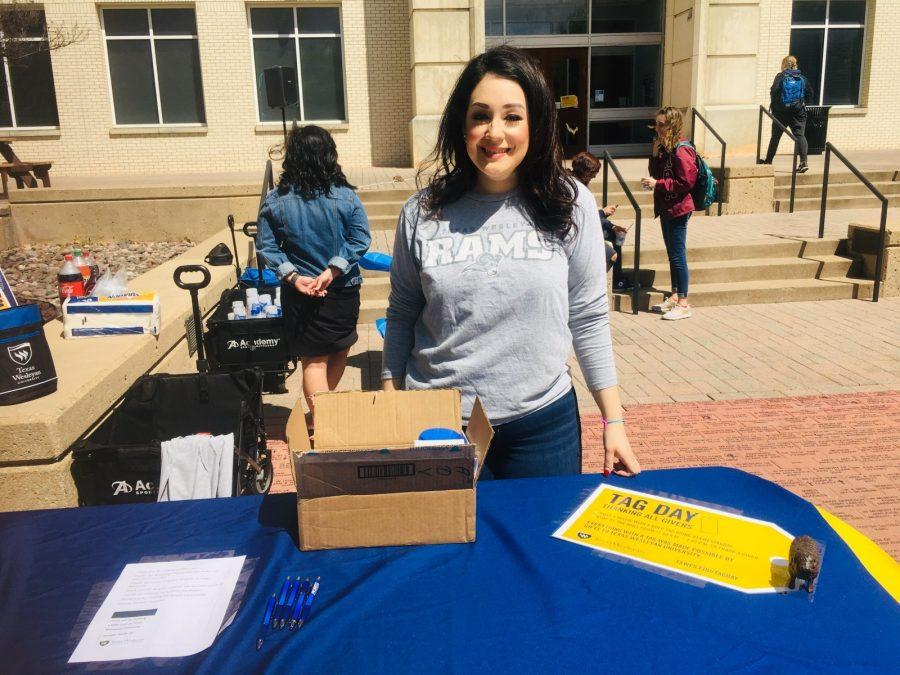 Alumni Relations Coordinator Branigan Contreras hands out thank you cards to students wishing to express their gratitude to Texas Wesleyan donors. Photo by Chelsea Day