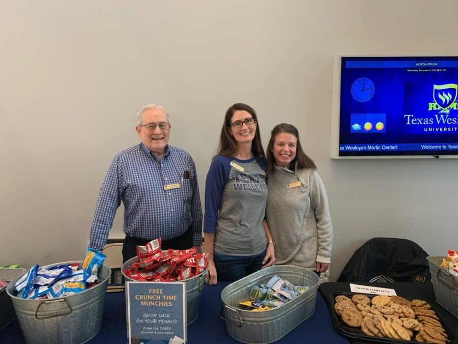 Texas Wesleyan University alumni Jay Beavers, Julie McCurley and Jennifer Sando hand out snacks to Texas Wesleyan students studying on Dead Day. Photos by Chelsea Day